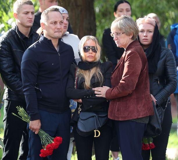 Elizaveta Apushkina Dadasheva (keskellä) jätti ei ole pystynyt kertomaan pojalleen nykkeilijäisän kuolemasta.