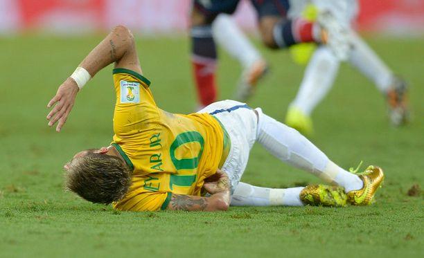 Loukkaantunut Neymar jäi vaikeroimaan kivusta kentälle.