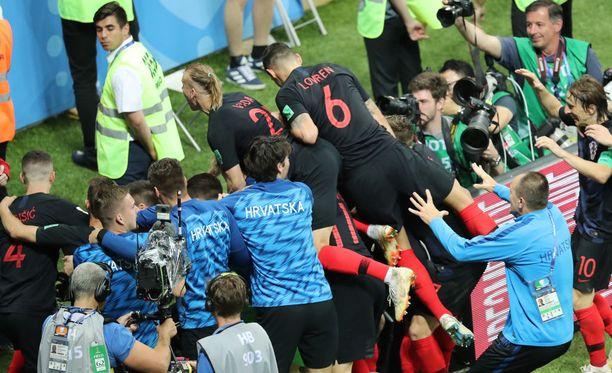 Kroatian pelaajat ryntäsivät kasaan tuulettamaan.