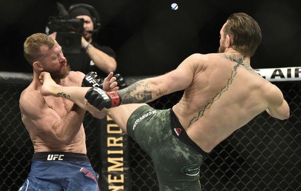 Donald Cerronen (vasemmalla) nopea tappio lähti tästä Conor McGregorin kovasta yläpotkusta.