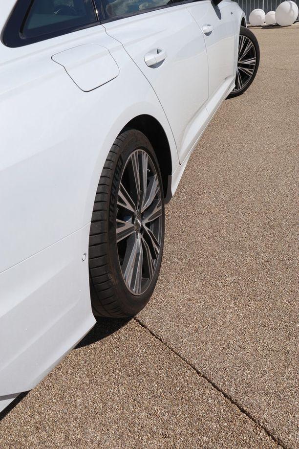 Nelipyöräohjaus kääntää hiljaisilla nopeuksilla takapyörää eri suuntaan kuin etupyörää. Auto kääntyy näin ketterämmin.