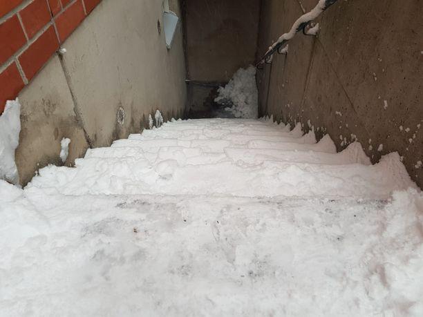 Tältä näyttävät portaat Keravan Kirvesmiehentiellä. Lumityöt ovat olleet hoitamatta useiden päivien ajan.