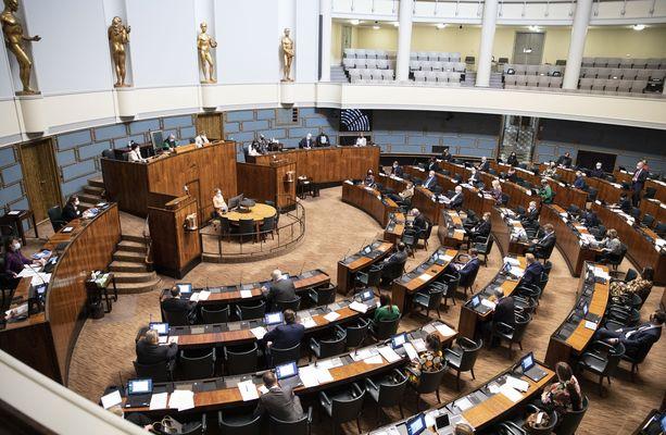 Eduskunta hyväksyi sote-uudistuksen äänin 105-77.