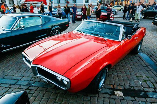 Pontiac Firebird on ulkonäoltään räväkämpi kuin sievänkaunis siskonsa Chevrolet Camaro.