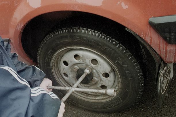 Turvallisuus on syytä pitää mielessä, kun vaihtaa rengasta tien päällä. (KUVA EI LIITY TAPAUKSEEN)