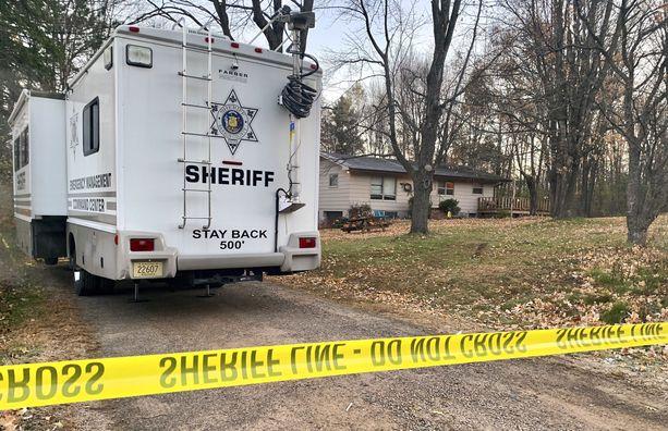 Tässä talossa tapahtui julma kaksoissurma lokakuun puolivälissä. Poliisit ilmoittivat heti, ettei perheen kadonnutta tyttöä epäilty ampumisista.