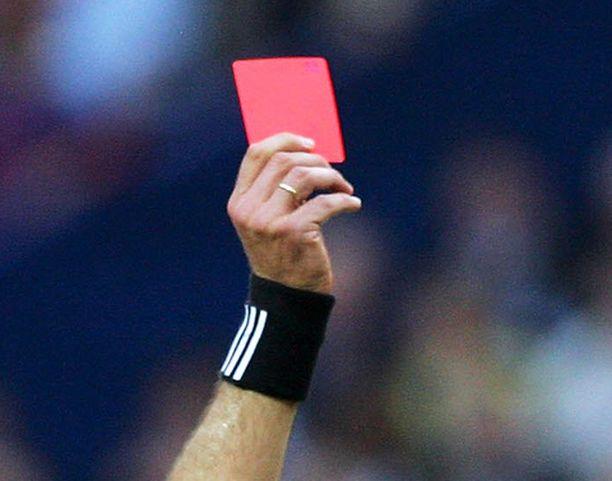 Erotuomarin MM-matkahaaveet saivat punaisen kortin.