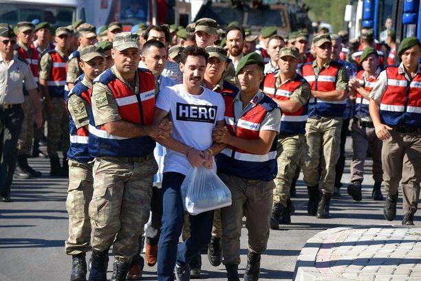 Gökhan Güçlüa oletetaan suunnitelleen presidentin murhaa viime vuoden vallankaappausyrityksen yhteydessä. Güçlün kanssa samanlaista t-paitaa käyttävät ovat joutuneet poliisin kuulusteltaviksi.