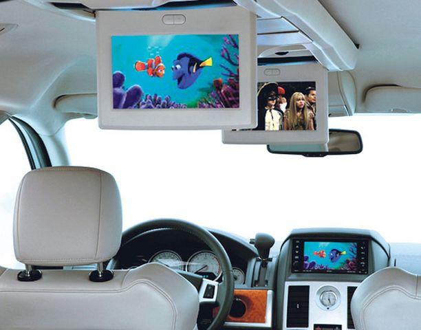 VIDEOHUONE. Autoon saa kaksi erillistä videoruutua kahden ohjelman katsomista varten. Takapenkin pikkukansalaisia voi käskyttää erillisen peilin kautta.