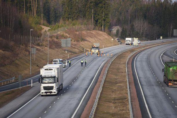 Poliisi valvoi Uudenmaan rajaa reilun kahden viikon ajan maalis-huhtikuussa.