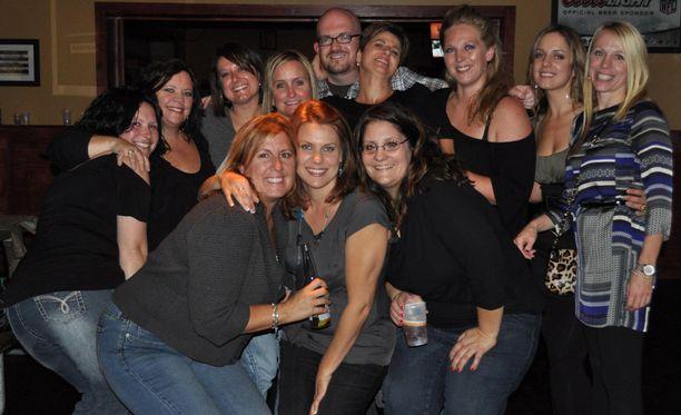 Carey tapaa baarissa naisia, joiden joukosta toivoo löytävänsä sen, jonka kanssa mennä loppuun asti.