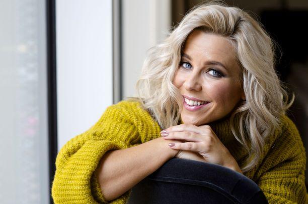 Krista Siegfilds nähtiin lauantaina UMK-finaalilähetyksen juontajana.