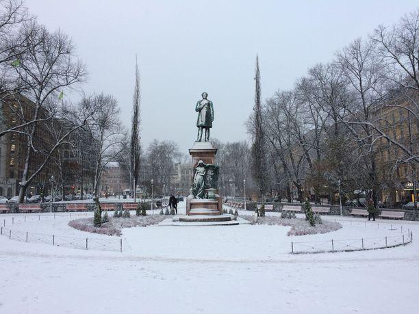 Torstaina Helsingissä Esplanadin puisto on peittynyt lumeen.