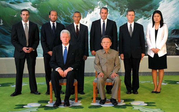 Bill Clinton ja Kim Jong Il yhteiskuvassa Pjongjangissa.