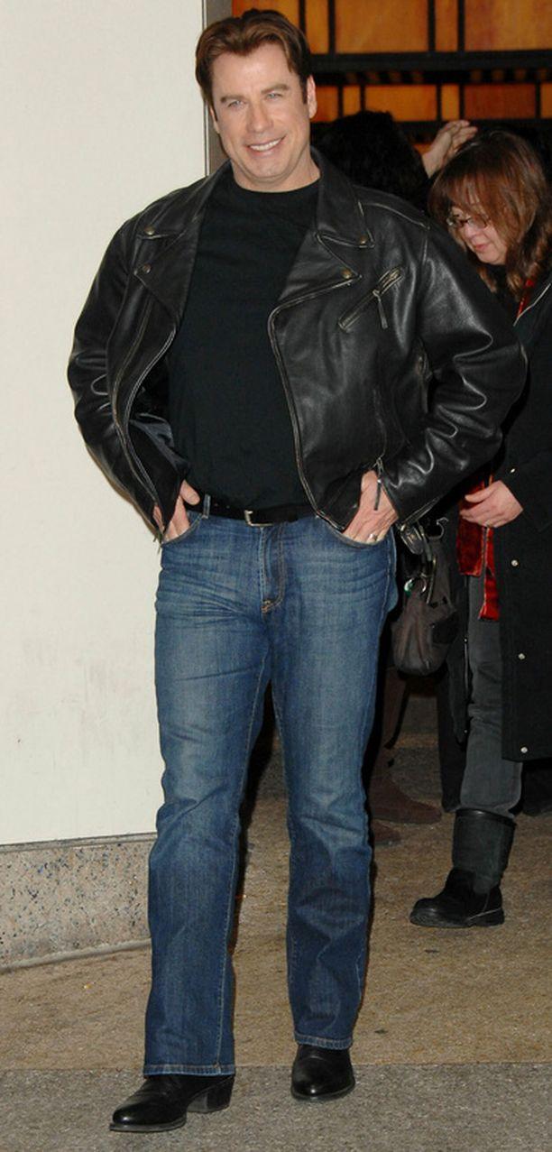 John Travolta mahtui tiukkaan nahkatakkiin vielä takavuosina.
