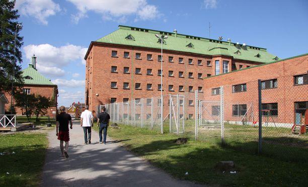 Suomen suurin vastaanottokeskus on Konnunsuon entisen keskusvankilan tiloissa Joutsenossa.