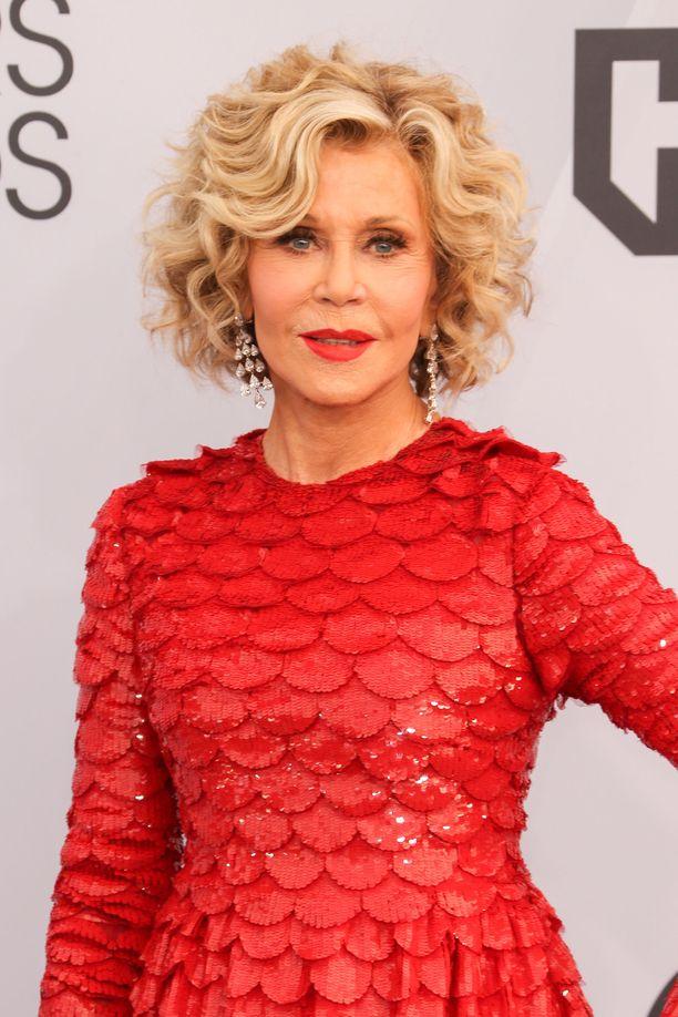 Jane Fonda juhli punaisessa asussa.