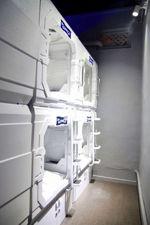 Kapseleiden avulla pieneen tilaan voidaan majoittaa monta asiakasta.