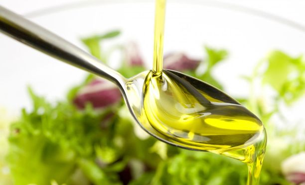 Oliiviöljy sopii salaatteihin, mutta kokki Risto Mikkolan mukaan myös paistamiseen.