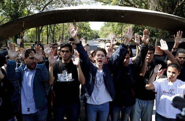 Central University of Venezuelan opiskelijat nostivat kätensä ilmaan Guaidón tueksi Caracasissa.