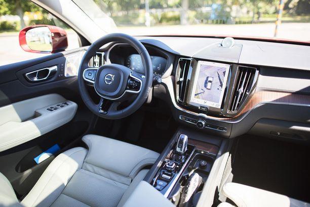 Skandinaavisen tyylin kruunaa kosketusnäyttö, jonka kautta hallitaan auton toimintoja.