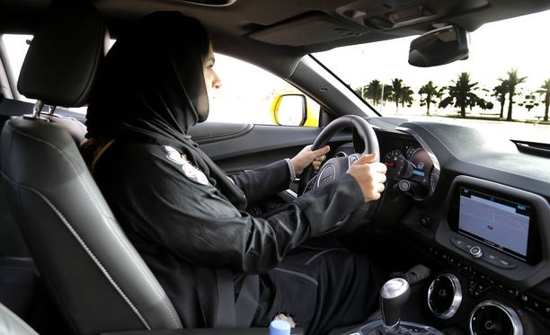 Naisten odotetaan saavan luvan ajaa autoa Saudi-Arabiassa kesäkuun puolessa välissä. Kuvituskuva