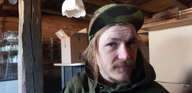 Kimmo Kaukonen panee Hailuodossa luomuolutta ja kasvattaa kahta pientä lasta.
