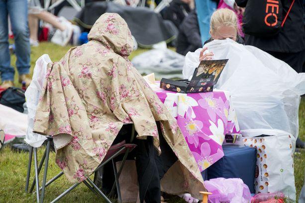 Sadeviitta kannattaa ottaa mahdollisimman isossa koossa. Sateenvarjot estävät muiden näkemisen, joten sadeviitta on ystävällisempi vaihtoehto.