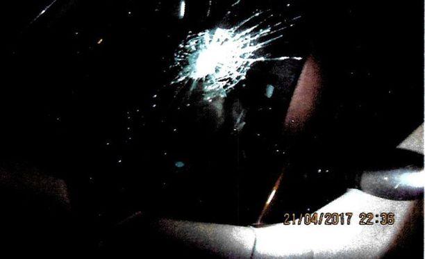 Aikuinen mies hakkasi nuorten mopoauton ikkunat rikki vasaralla. 16-vuotias sai vasarasta ruhjevammoja.