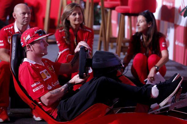 Kimi Räikkönen simulaattorin kimpussa Meksikon GP:n yhteydessä vuonna 2017.