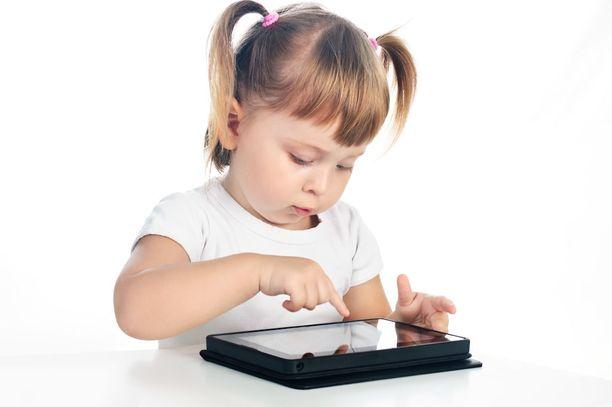 Älypuhelimet ja tablettitietokoneet kiinnostavat taaperoita.