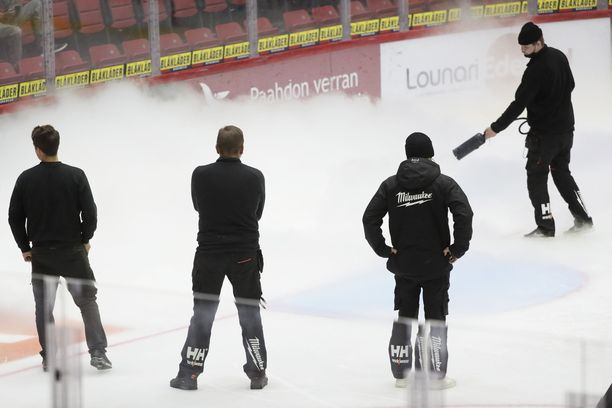 Kenttähenkilökunta käytti kaikki keinot saadakseen jään pelattavaan kuntoon.