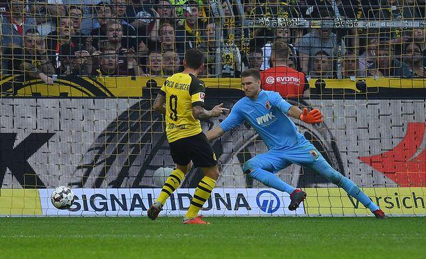 Paco Alcacer iski pallon kolmesti Augsburgin reppuun. Tässä syntyi Dortmundin avausmaali.