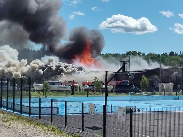 Pelastuslaitoksen yksiköt sammuttavat suurta rakennuspaloa.