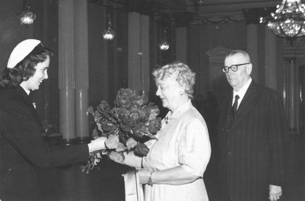Presidentin rouva Alli Paasikivi ottaa vastaan YL:n kukkatervehdyksen vappuna 1954.