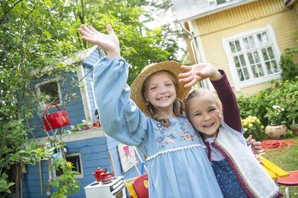 - Me ollaan tosi hyviä kavereita, nauravat Emelia Levy (Heinähattu) ja Matilda Pirttikangas (Vilttitossu).