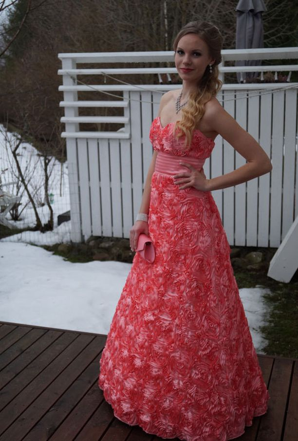 Irenen mekossa on näyttävä ruusukirjailu.