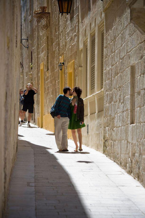 Maltan Mdinan kapeat kujat houkuttelevat läheisiin hetkiin.