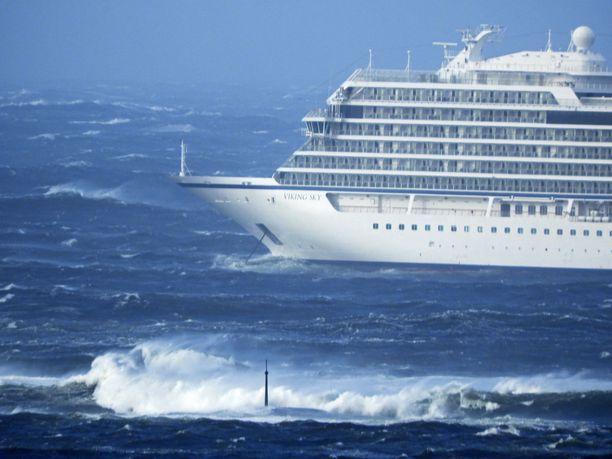Myrskytuulet ja voimakas aallokko vaikeuttavat evakuointia.