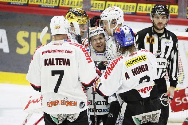 JYP juhli Petrus Palmun (keskellä) maalia torstaina Helsingissä ilman yleisöä pelatussa HIFK–JYP-ottelussa.