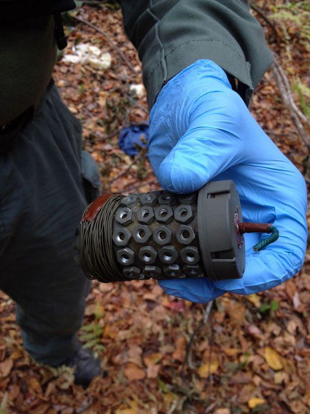 Poliisi julkaisi kuvan myös putkipommista, jonka Frein jätti ilmeisesti poliiseille ansaksi.