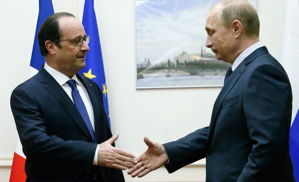 Presidentit Francois Hollande ja Vladimir Putin tapasivat lauantaina lyhyesti Moskovan lentokentällä.