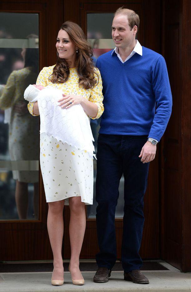Herttuapari on esitellyt molemmat lapsensa sairaalan edustalla pian syntymän jälkeen. Kuvassa Catherine ja William prinsessa Charlotten kanssa keväällä 2015.