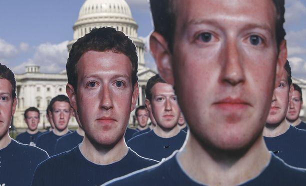 Facebookin toimitusjohtaja Mark Zuckerbergilla on ollut viime viikkoina kovat paikat.