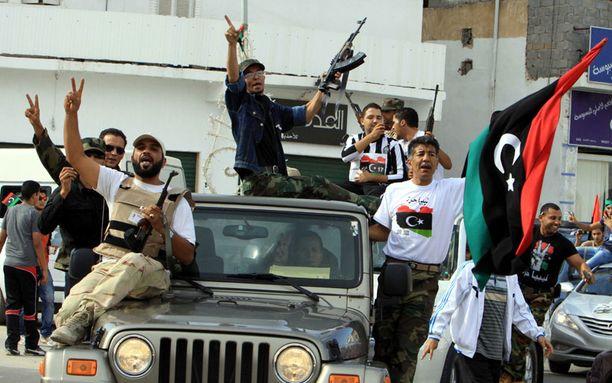 Kapinalliset juhlivat Gaddafin kuolemaa Tripolissa.