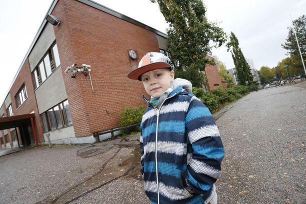 Peltosaaren koulun ensimmäistä luokkaa käyvä Rafael pukee aamulla lämpimästi päälle, koska koulussa tuuletetaan tehokkaasti.