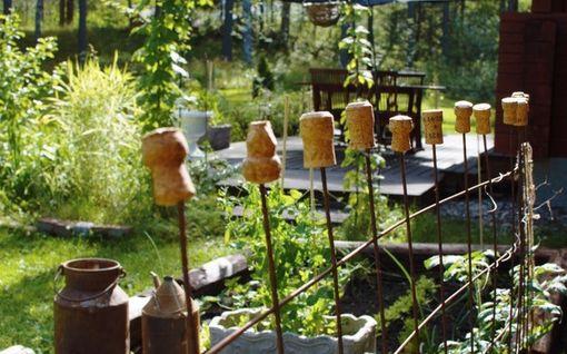 """Sirpa hurahti wabi-sabiin: tällainen on puutarha, jossa kaikki on tehty """"vastoin sääntöjä"""""""
