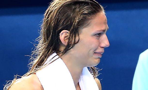 Julia Jefimova murtui kyyneliin kisan jälkeen.