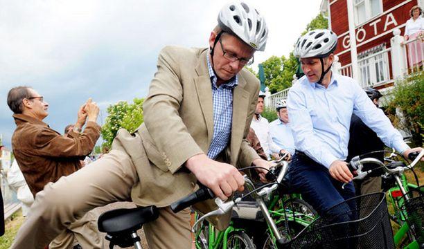 Pääministeri pääsi retkelle pirteän vihreän pyörän selässä - vaikka kaatosade yllättikin.