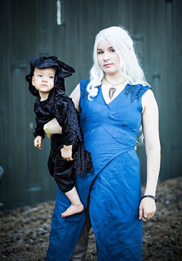 Vera Sauerland pukeutui Daenerys Targaryeniksi Game of Thrones -tv-sarjasta. Sylissä on pieneksi lohikäärmeeksi naamioitunut Iiris.